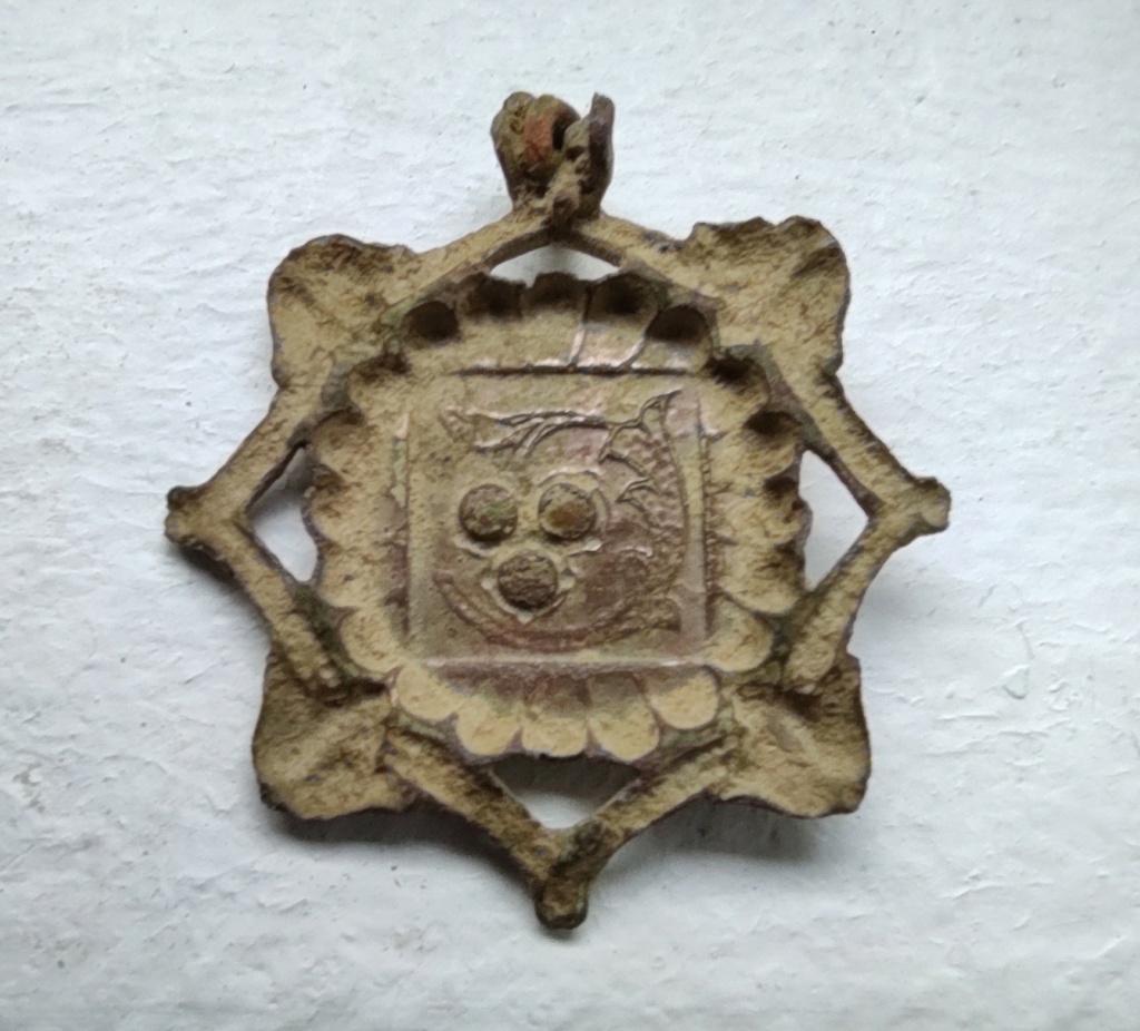 """Probablement petite broche ancienne, type """"héraldique"""", fin XVIIe - début XVIIIe Dos_ne10"""