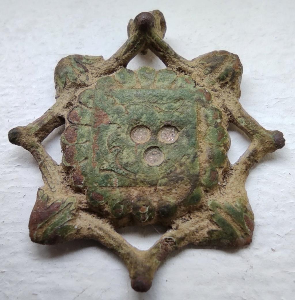 """Probablement petite broche ancienne, type """"héraldique"""", fin XVIIe - début XVIIIe Nettoy10"""