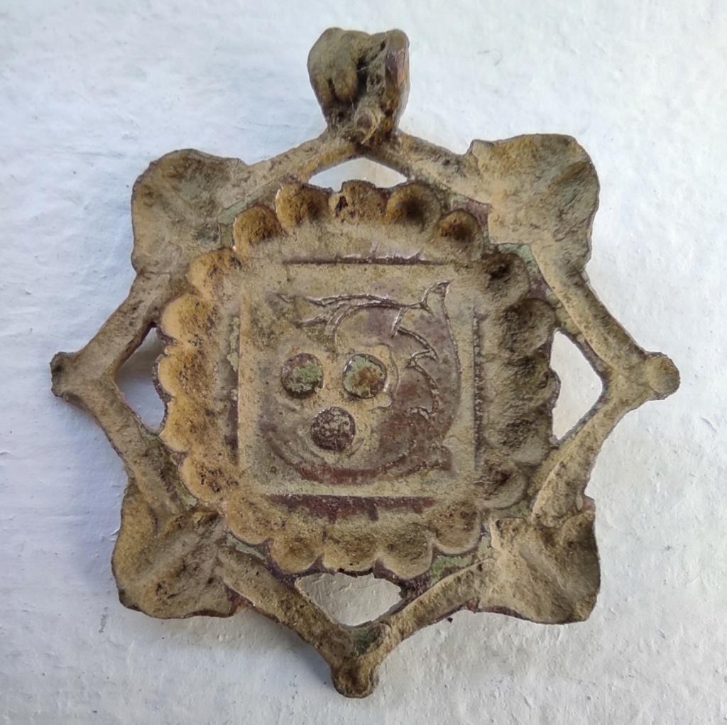 """Probablement petite broche ancienne, type """"héraldique"""", fin XVIIe - début XVIIIe Vue_do10"""