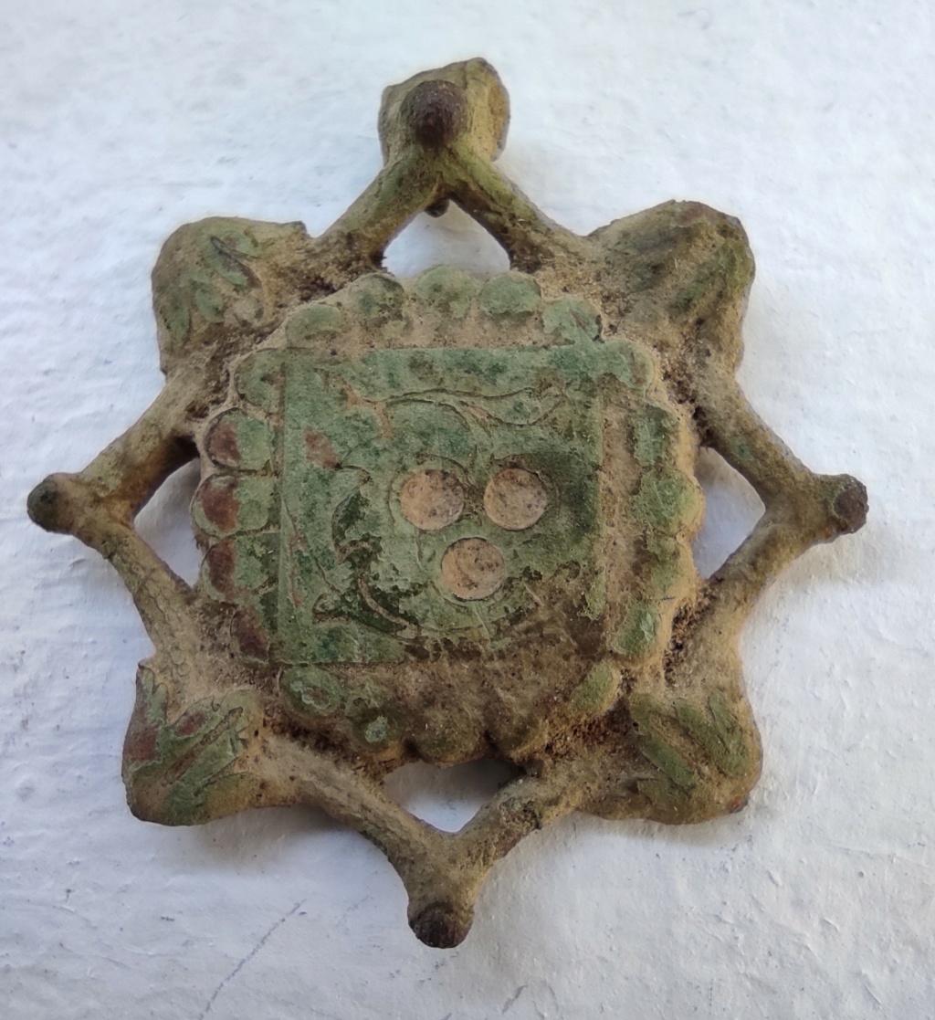 """Probablement petite broche ancienne, type """"héraldique"""", fin XVIIe - début XVIIIe Vue_fa10"""