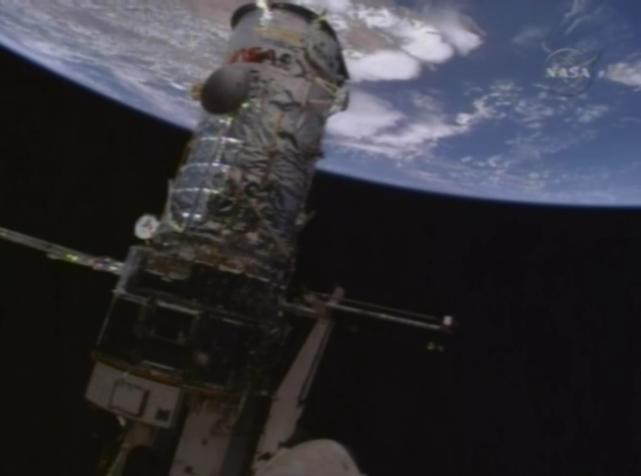 [STS-125] Atlantis : la mission - Page 8 Hub910