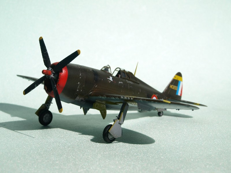 [Academy] P-47D Razorback Escadrille Lafayette P1015212