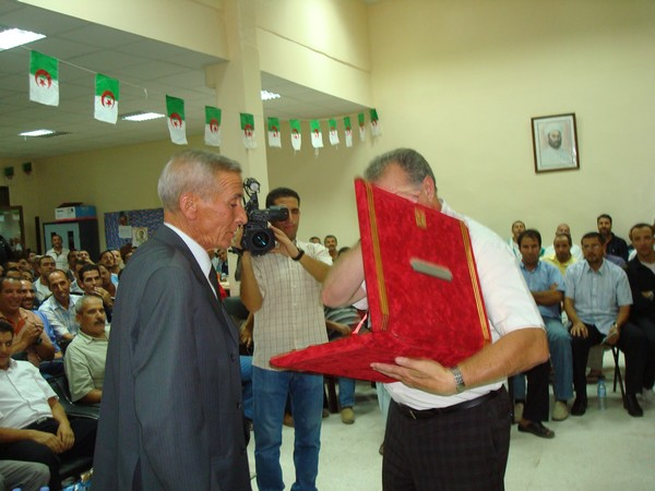 L'amicale des anciens internationaux honore BENARAB ABDELMADJID Ain_m_21