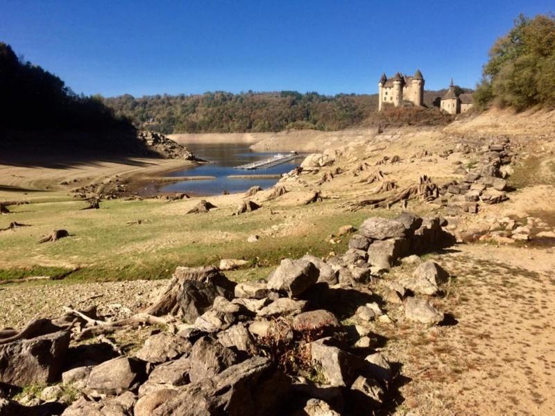 Retenue de Bort-les-Orgues et château de Val 44658211
