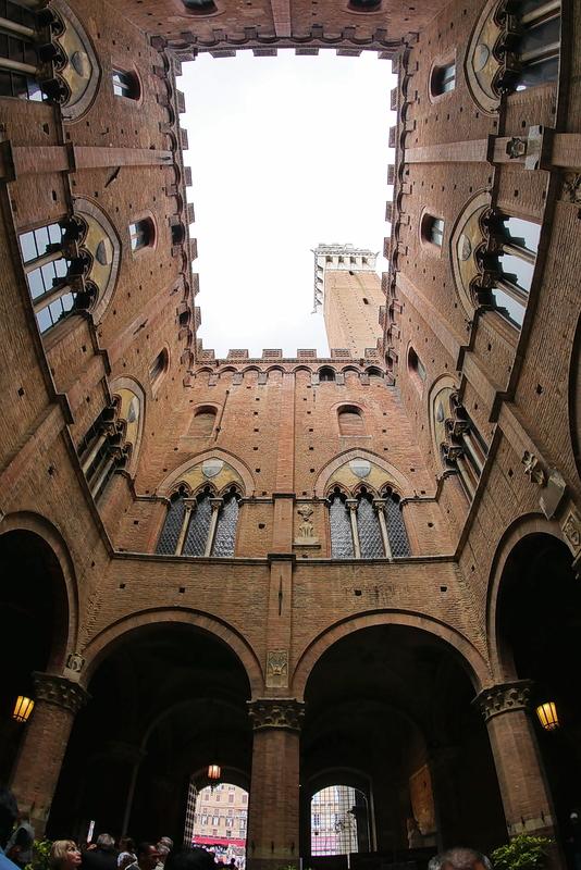 Fenêtre sur campanile. P1190712