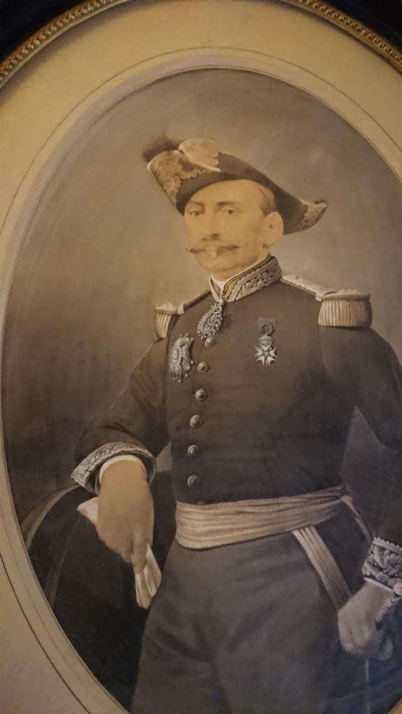 un général gouverneur mais qui est il ? et décorations à identifier. Dsc_8730