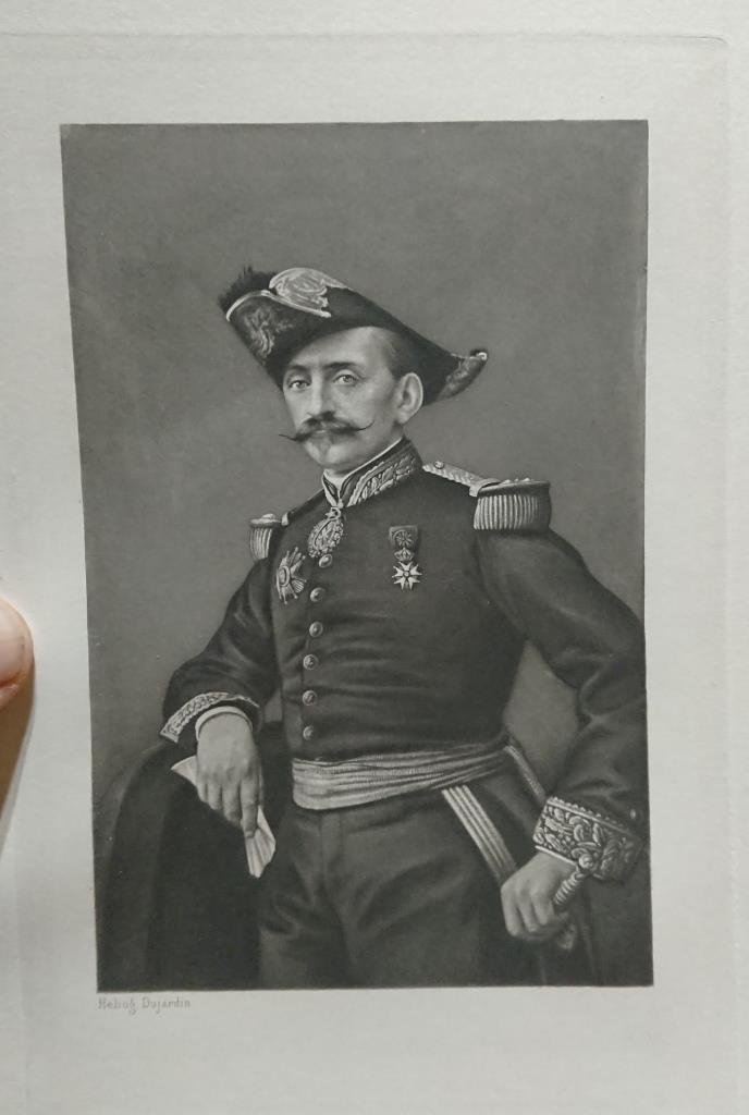 un général gouverneur mais qui est il ? et décorations à identifier. Dsc_8731