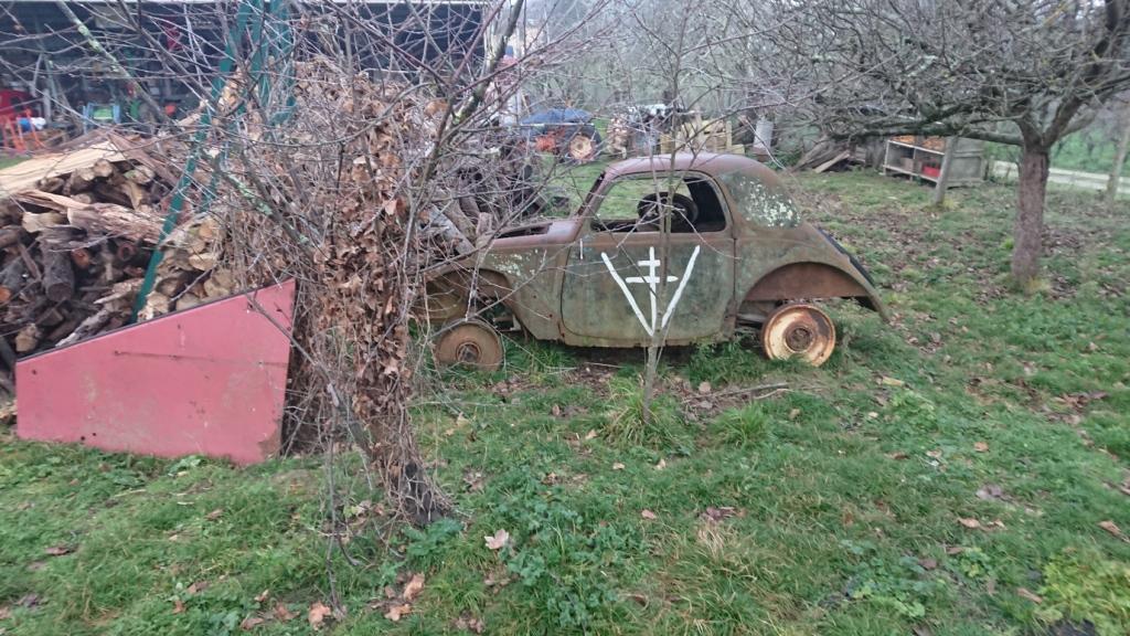 épave de vieille voiture avec croix de lorraine  Dsc_8952