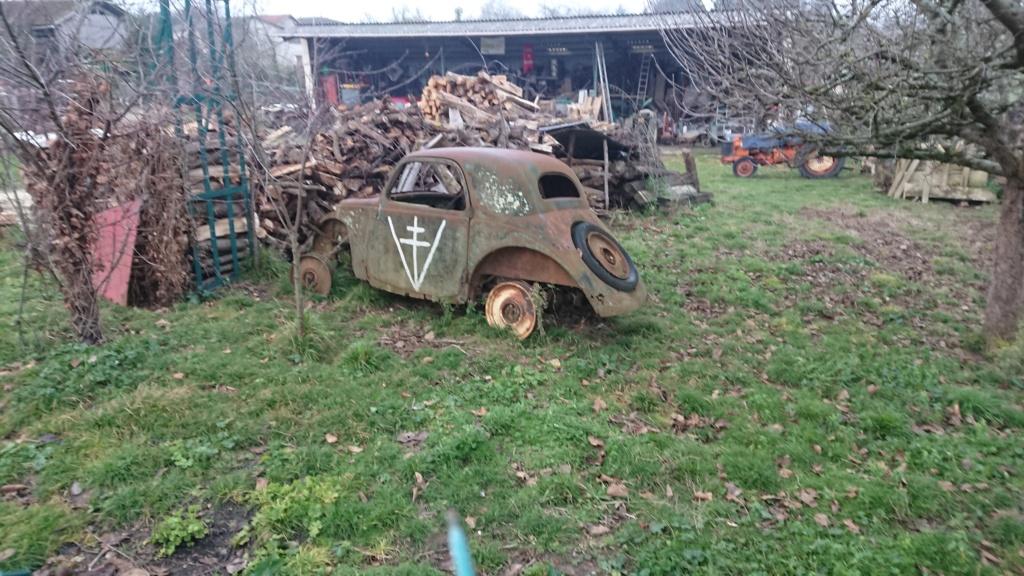 épave de vieille voiture avec croix de lorraine  Dsc_8953