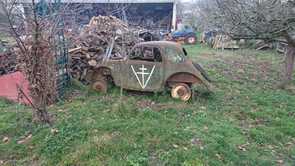 épave de vieille voiture avec croix de lorraine  Dsc_8954