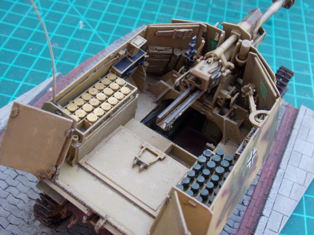 10,5 cmLEFH 18(SF) sur chassis HOTCKISS 1/35 BRONCO - Page 2 Dscn6658