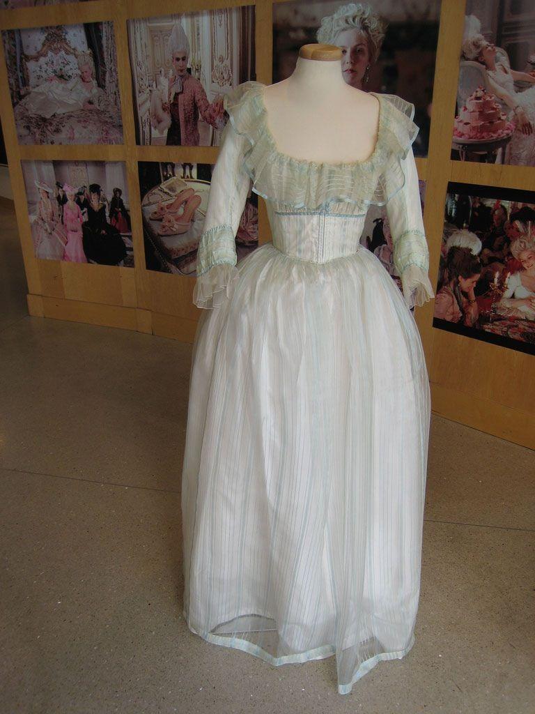 Les robes portées par les Marie Antoinette de nos écrans A9d9af10
