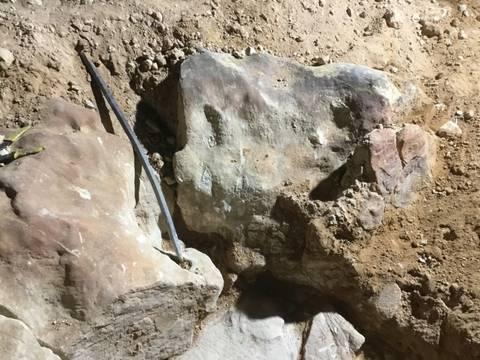 هذه الصور والاحجار الكبيره تحت جرة منقوشه على حجر 1a139910