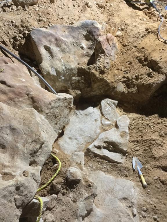 هذه الصور والاحجار الكبيره تحت جرة منقوشه على حجر Bff0b010