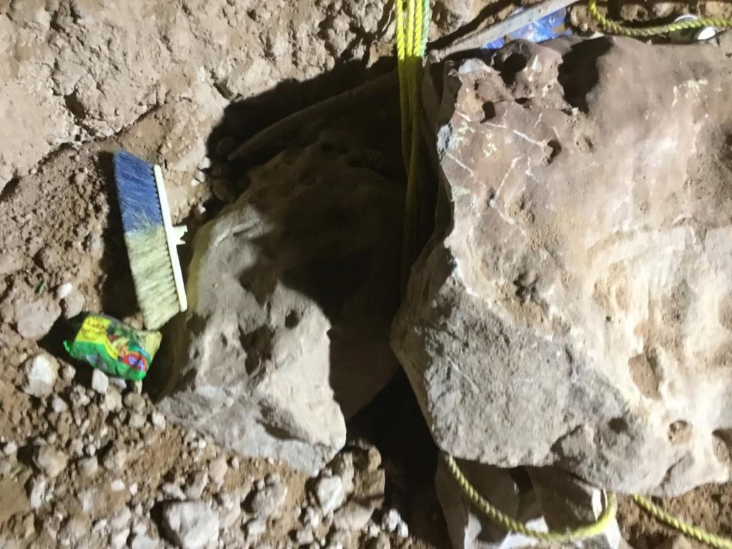 هذه الصور والاحجار الكبيره تحت جرة منقوشه على حجر Ecf9fd10