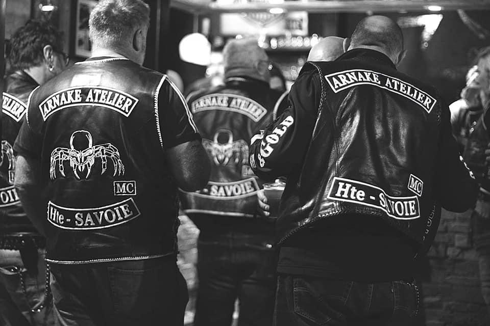 Couleurs des differents clubs de bikers - Page 30 72855810