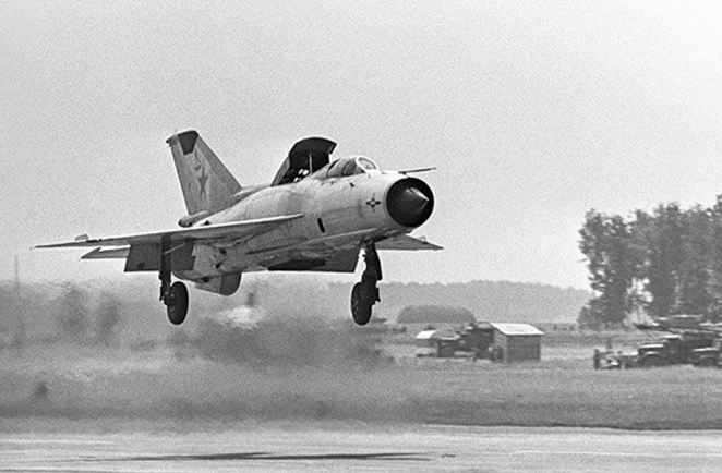Fate of Russia's old birds. - Page 6 Mig21p10