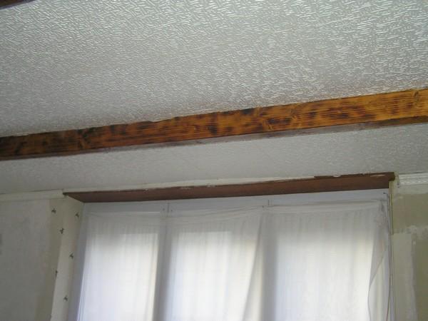 Plafond plus bas que fenêtre Pb100012