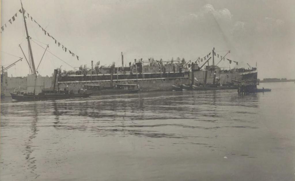 GNEISENAU  navire allemand saisi à Anvers en 8.1914 Gneise10