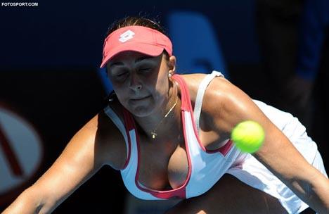 mauvaise nouvelle pour les amateurs de tennis ! (et de gros seins) Simona12