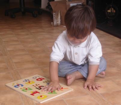 corentin et son puzzle en bois Coco10