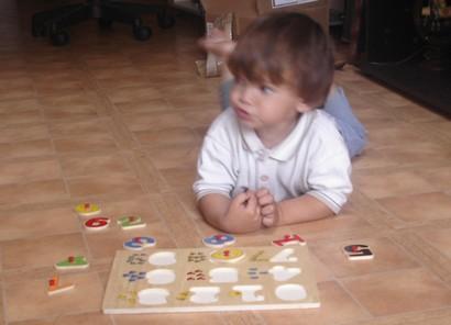 corentin et son puzzle en bois Coco210