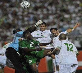 الجزائر تضع قدما في المونديال بالفوز على زامبيا بهدف صايفي Algeri10