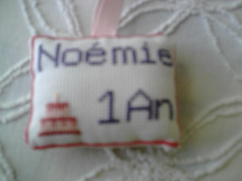 petit coussin brodé pour l'anniversaire de Noémie Img_0620
