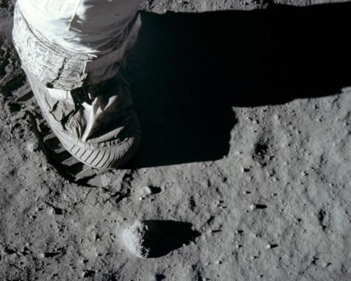 Pourquoi le drapeau flottait-il sur la lune ? - Page 4 Pied_a10