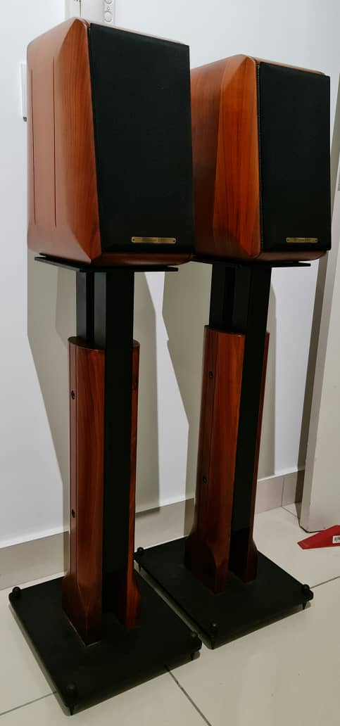 Sonus Faber Signum Bookshelf Speakers with Original Stands Sonuss10