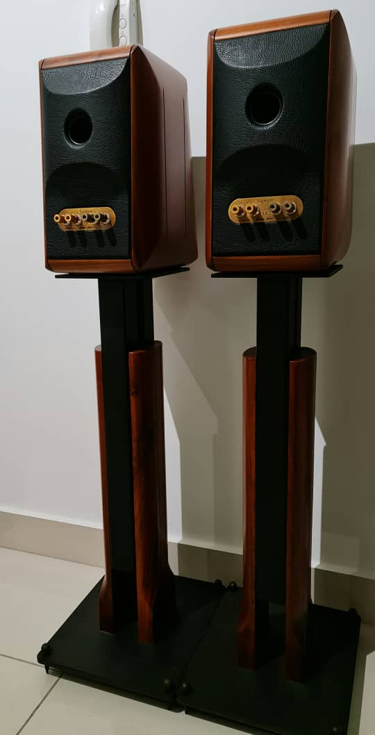 Sonus Faber Signum Bookshelf Speakers with Original Stands Sonuss11