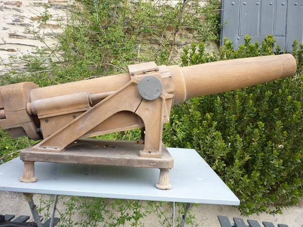 Un canon en vide grenier et une jolie caisse 00172