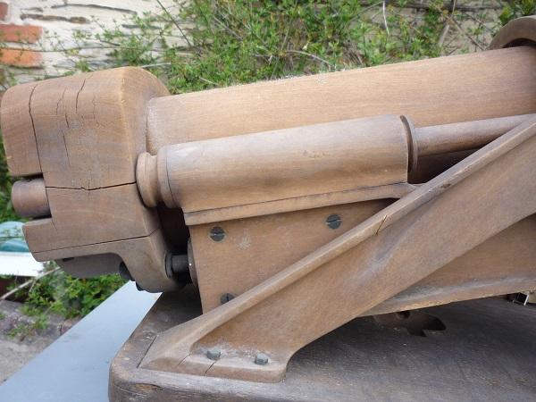 Un canon en vide grenier et une jolie caisse 00269