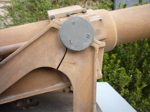 Un canon en vide grenier et une jolie caisse 00360