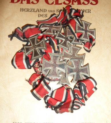 """Un nid de croix de fer """"122"""", des médailles/décorations étuis PA allemands, album photos WH Jersey, etc.... P1610745"""