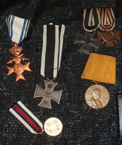 """Un nid de croix de fer """"122"""", des médailles/décorations étuis PA allemands, album photos WH Jersey, etc.... P1610755"""