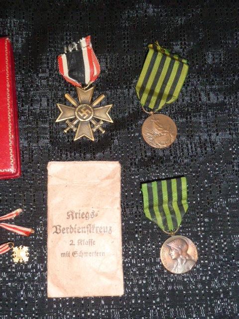 """Un nid de croix de fer """"122"""", des médailles/décorations étuis PA allemands, album photos WH Jersey, etc.... P1610757"""