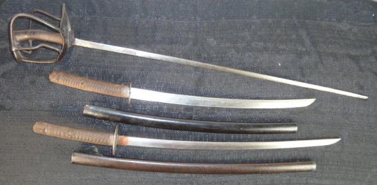 ça faisait longtemps.......des sabres! et deux casques pompiers, dont un rare... P1740812