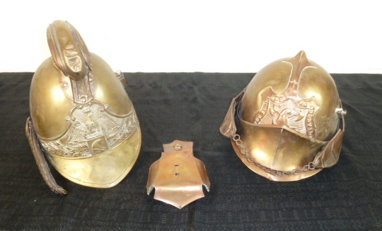 ça faisait longtemps.......des sabres! et deux casques pompiers, dont un rare... P1740814