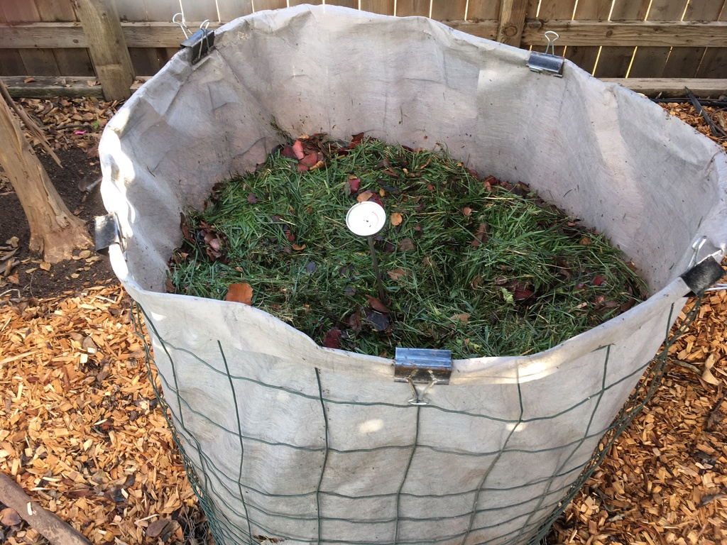 inexpensive compost cage.. Compos14