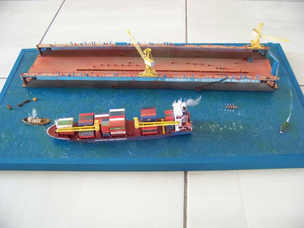 Dock flottant Ostrow II & cargo Gdansk papier-carton 1/400 diorama terminé. 101_0180