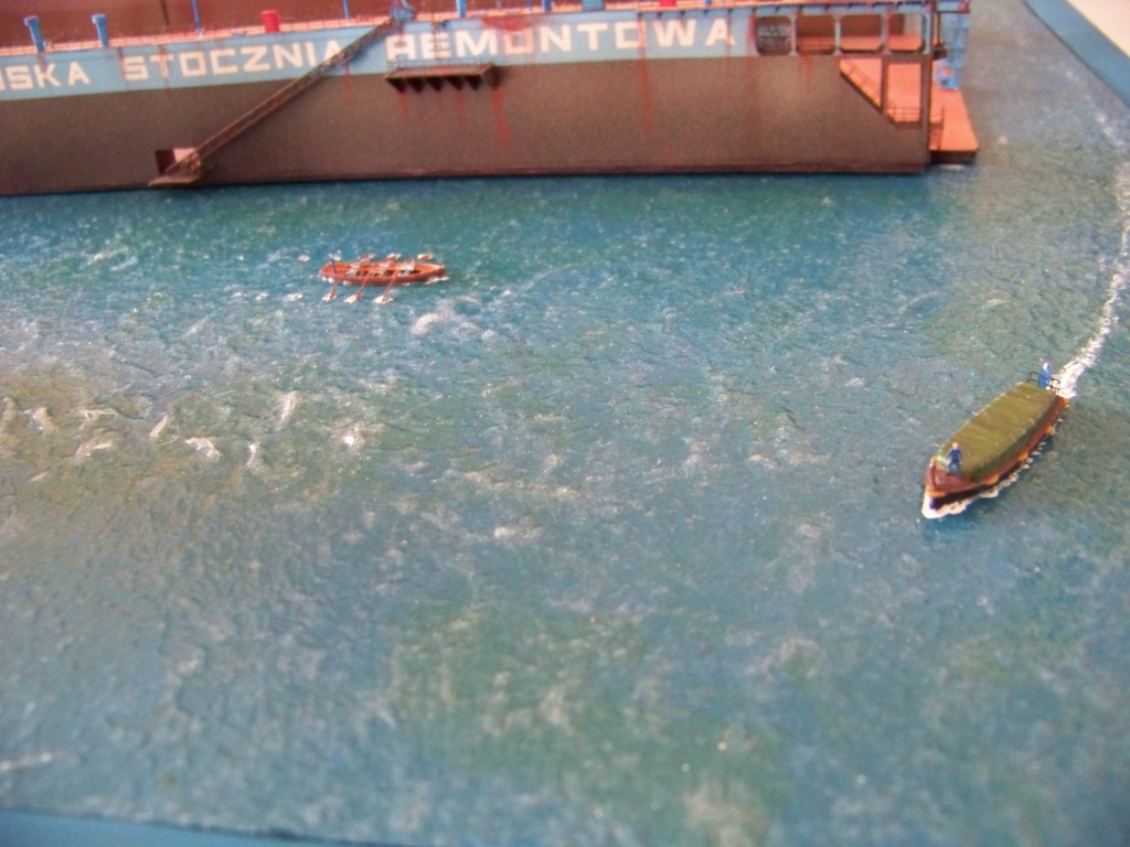 Dock flottant Ostrow II & cargo Gdansk papier-carton 1/400 diorama terminé. 101_0181