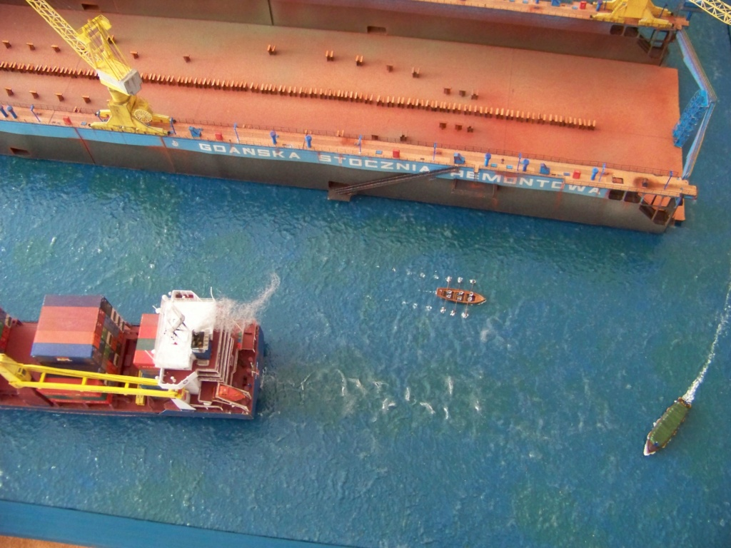 Dock flottant Ostrow II & cargo Gdansk papier-carton 1/400 diorama terminé. 101_0210