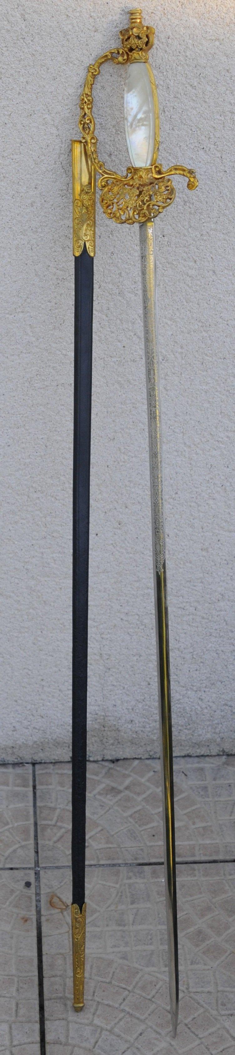Belle épée d'apparat nacre et lame gravée haut fonctionnaire ? 6f8bca10