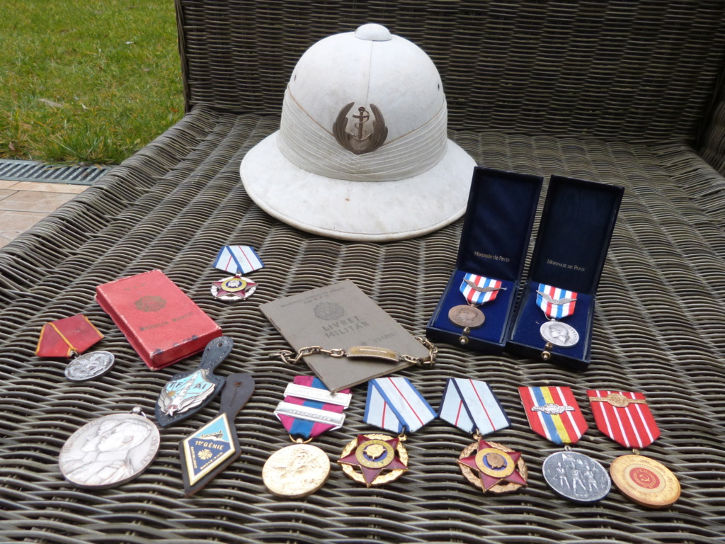 Derniere peche à Bucarest : medailles F, Belge, marine, caque colo ... P1060823