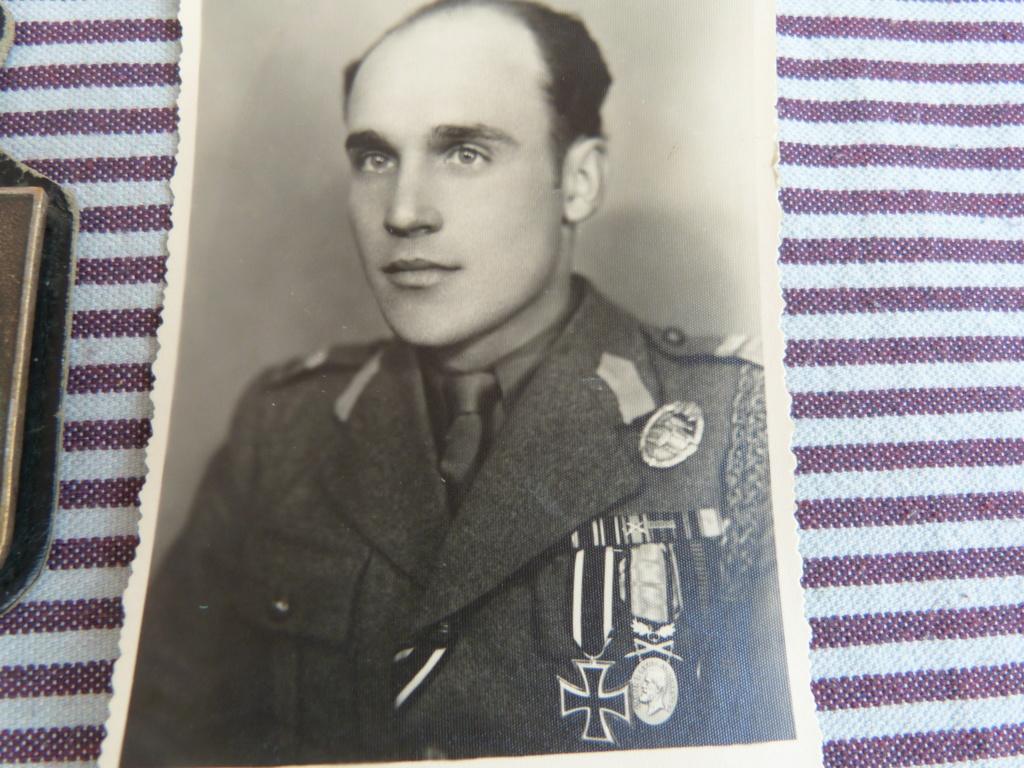 Quelques bricoles : belle photo d'un roumain engagé Wehmarcht, scout, médailles  P1070333