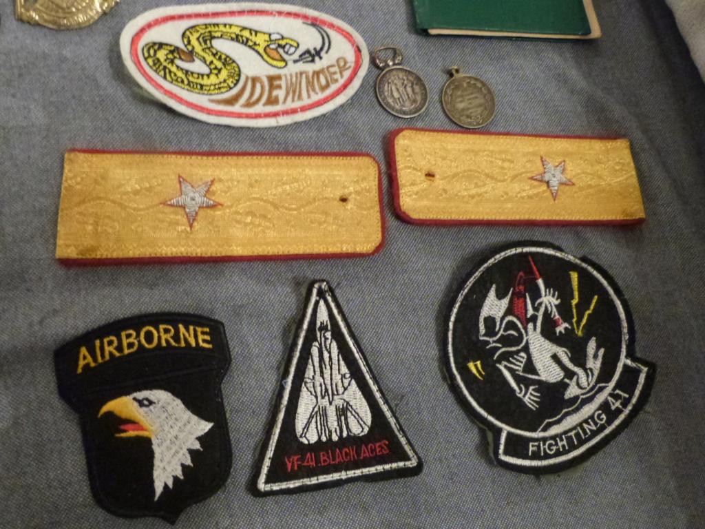 Du varié & international:general roumain, patchs US Navy aero, AK47 baionnette,  P1070336