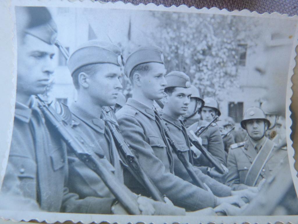 Un peu de tout à Bucarest : morse, plaque emaillée, insignes, photos P1070542