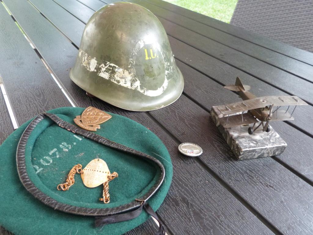 Avion en bronze, casque police militaire et beret commando marine P1070814