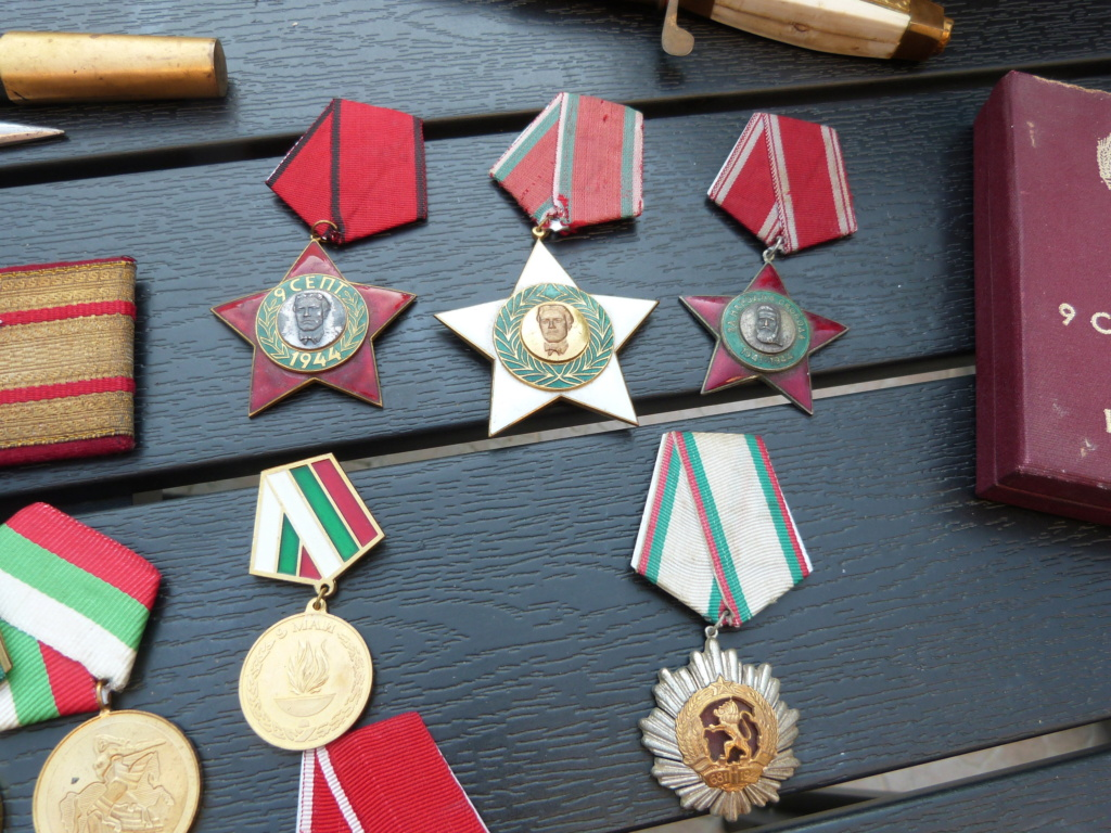 En vacances en Bulgarie : dagues, insignes français, para, médailles, casquette P1070819